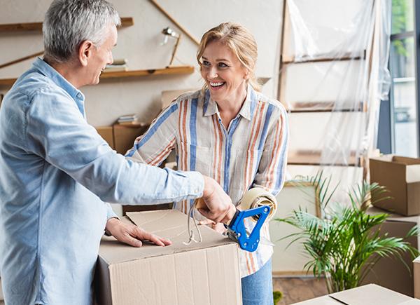 Couple mature qui fait des boîtes de déménagement.