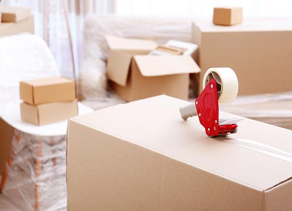 Boîtes de déménagement et distributrice de ruban adhésif large
