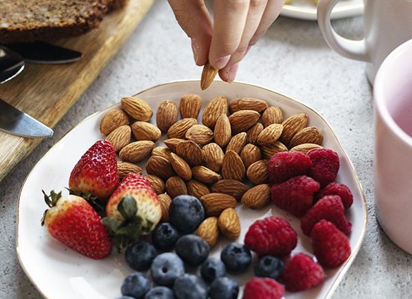 Bonnes habitudes de vie : assiette remplie de noix et de petits fruits