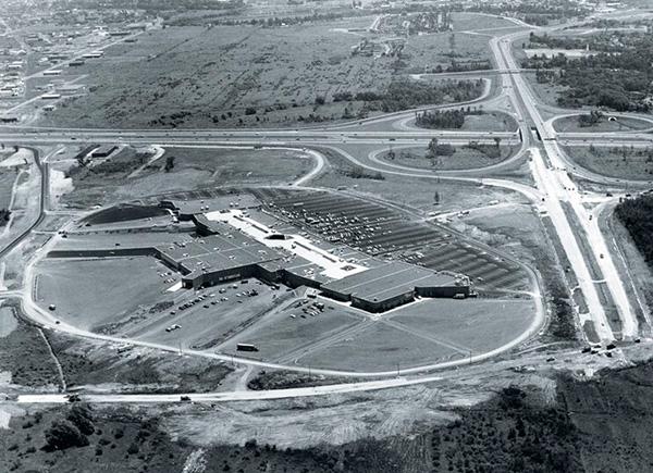 Vue aérienne des Galeries de la Capitale à ses origines et du secteur Lebourgneuf avant son développement.