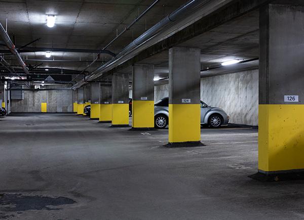 Acheter ou louer un condo pour la retraite permet habituellement d'avoir un stationnement intérieur.