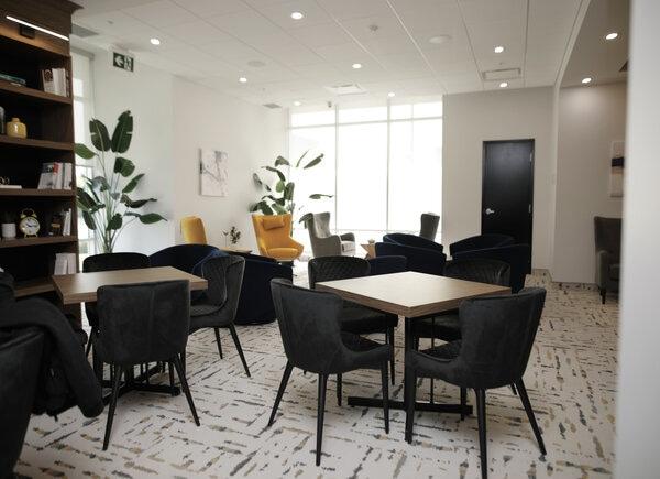 Le salon de cartes et de lecture qui est exclusivement accessible aux locataires des condos Les Façades du Mesnil.